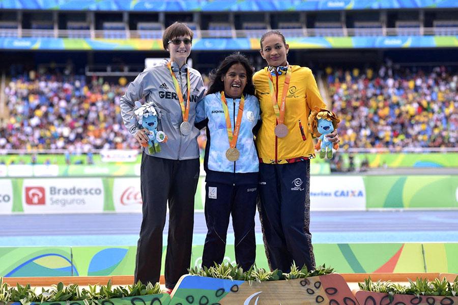En el podio, Yanina junto a la alemana Claudia Nicoleitzik, que ganó la medalla de plata, y la colombiana Florian Hernández, ganadora del bronce   (Foto: Paradeportes.com)..
