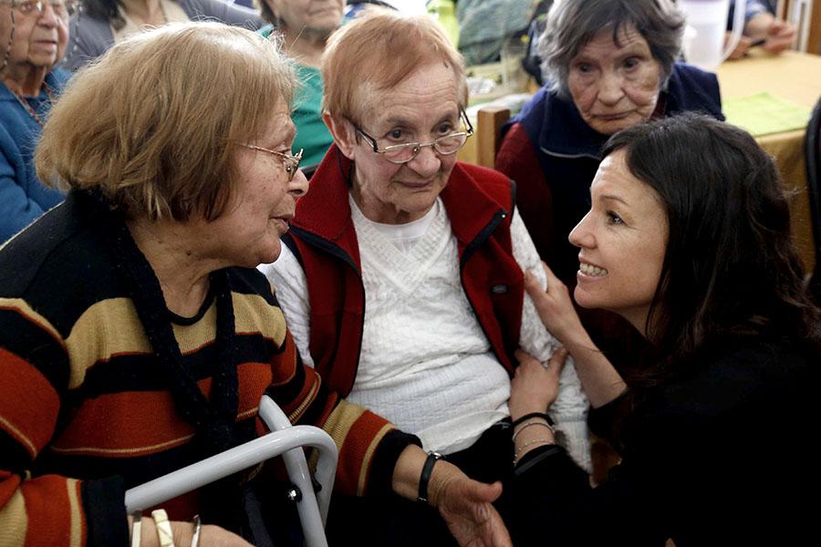 Imagen ilustrativa de la ministra Carolina Stanley junto a los adultos mayores.