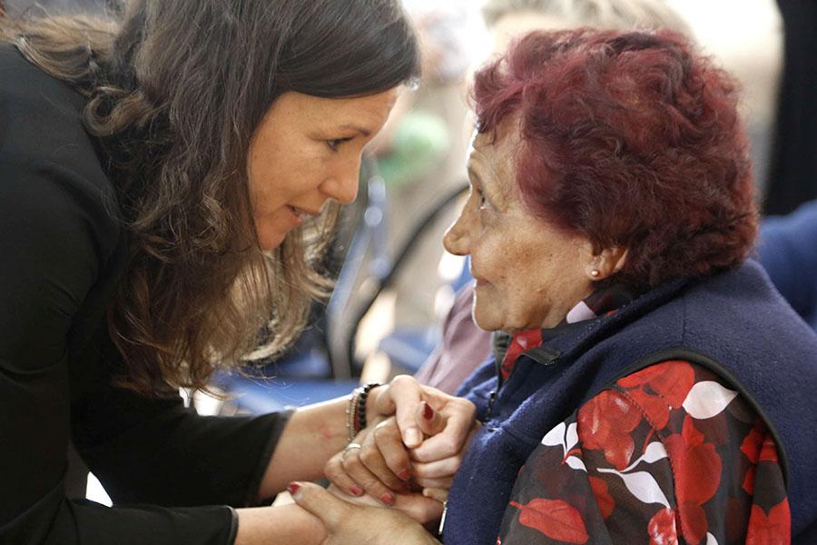La ministra Carolina Stanley charló con los adultos mayores que asisten al centro.