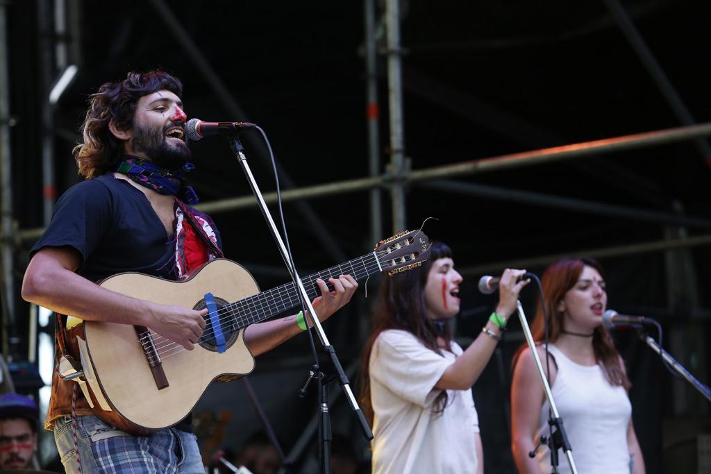 Fotografía de la banda Jeites cantando.
