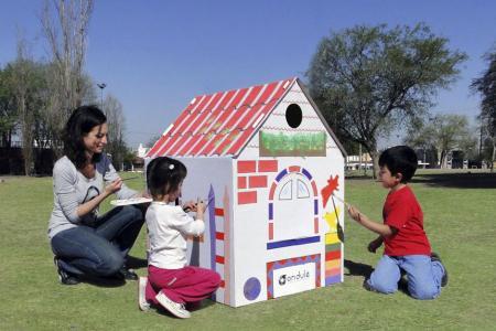 Los niños juegan junto a su mamá en la casa de Ondule.