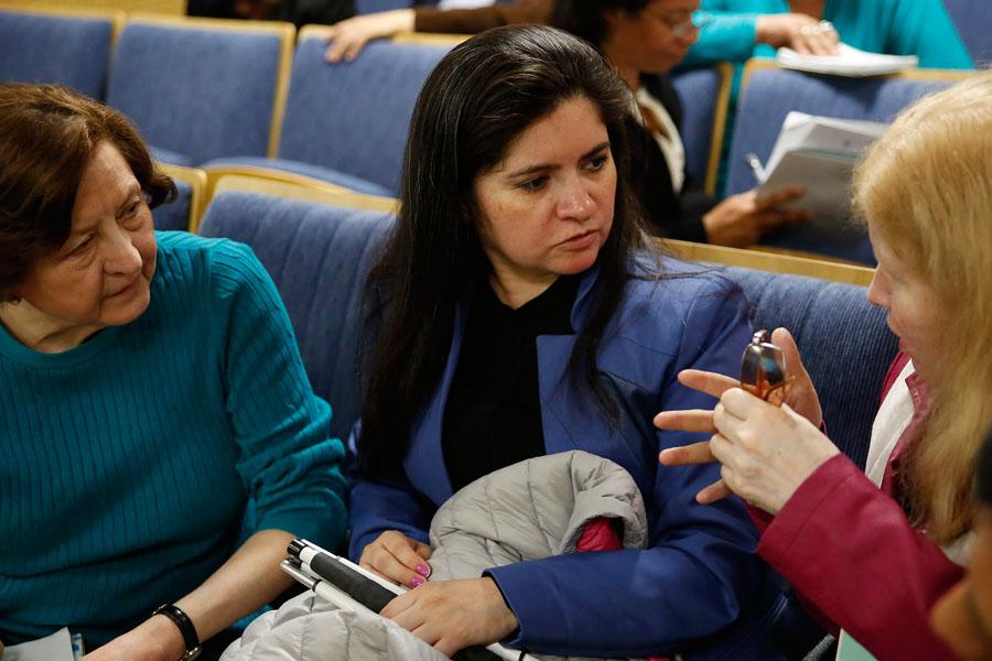 Fotografía ilustrativa de tres mujeres charlando.