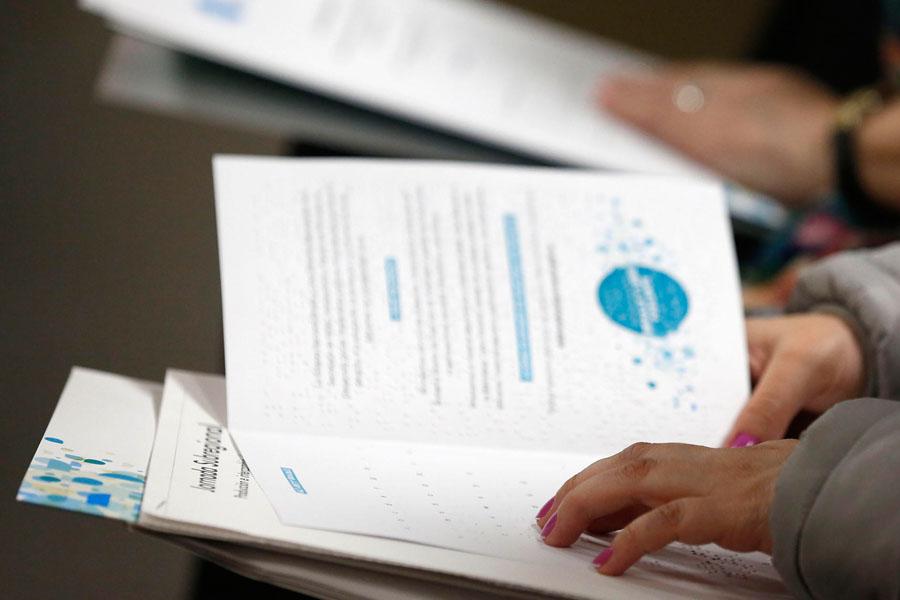 Fotografía ilustrativa de una persona leyendo en Braille.
