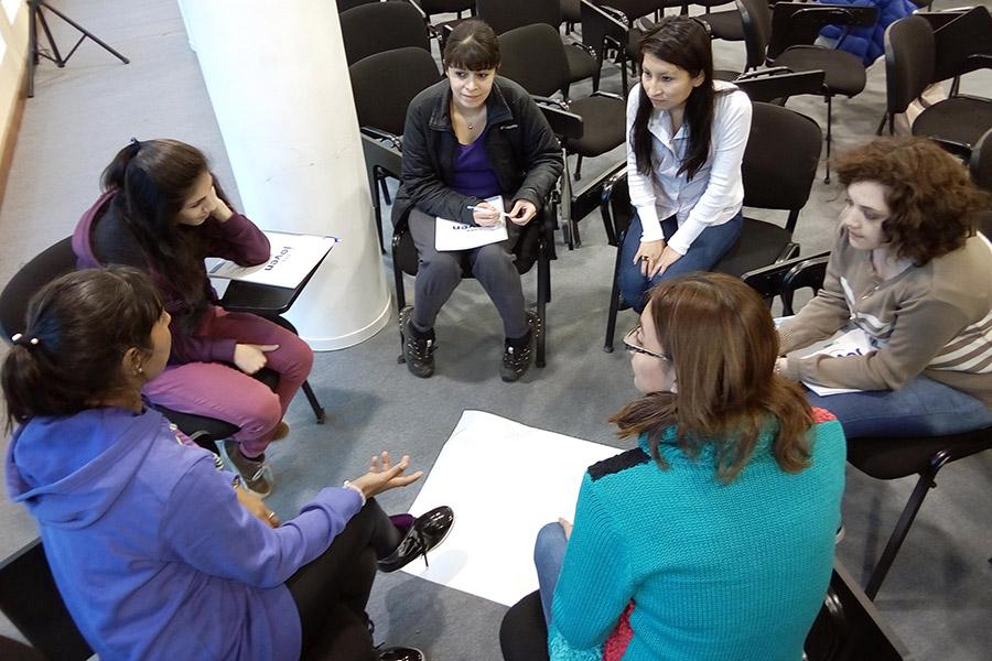 Imagen ilustrativa de personas reunidas elaborando proyectos