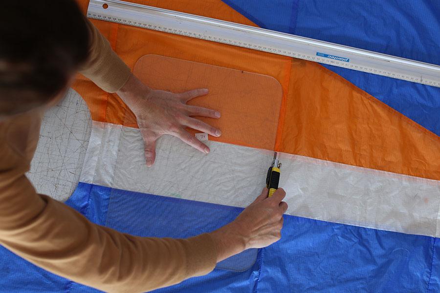 Imagen de una persona cortando tela