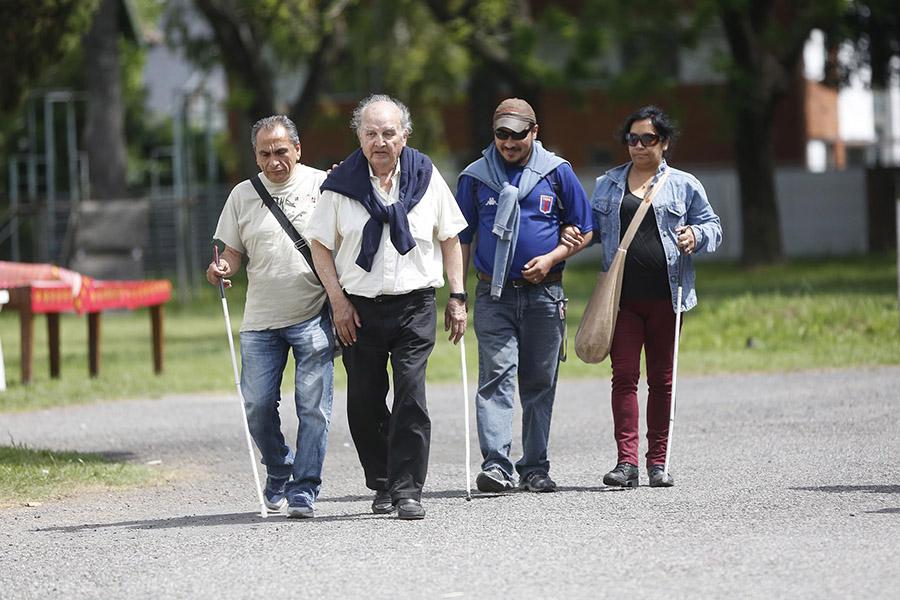 Imagen ilustrativa de personas ciegas usando el bastón blanco