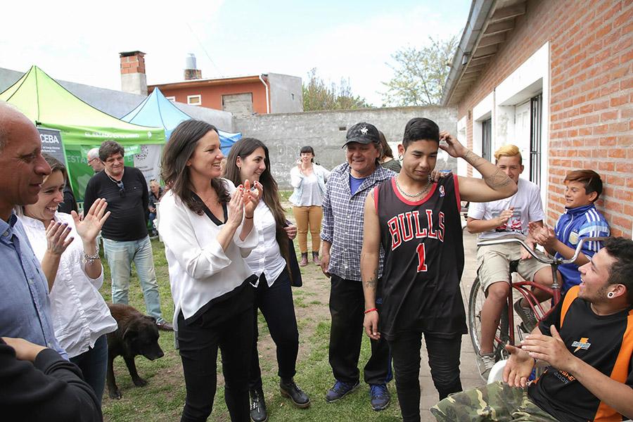 Imagen ilustrativa de Carolina Stanley con vecinos del barrio Newbery.