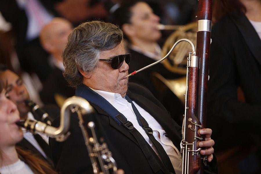 Imagen ilustrativa de una persona ciega tocando un instrumento musical