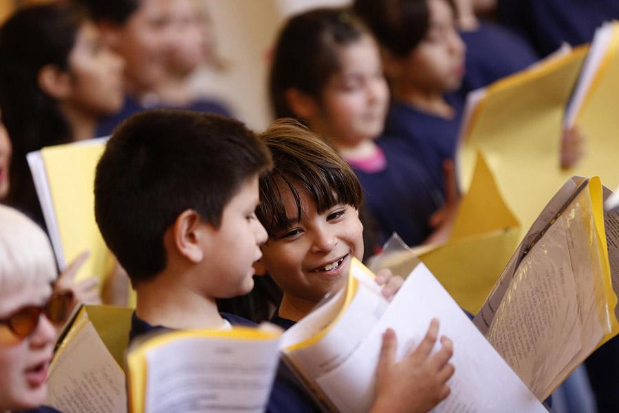 Imagen ilustrativa de chicos cantando en un coro.