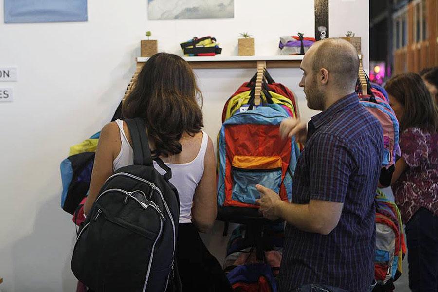 Imagen de personas mirando una mochila
