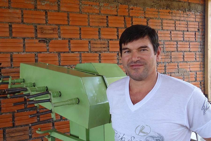 Imagen ilustrativa de un hombre trabajando en una de las maquinarias nuevas.
