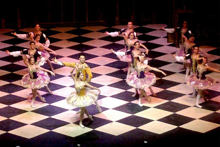Fotografía ilustrativa de bailarinas de ballet en el escenario.