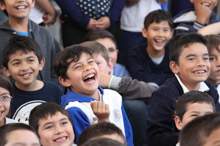 Fotografía ilustrativa de chicos riendo.