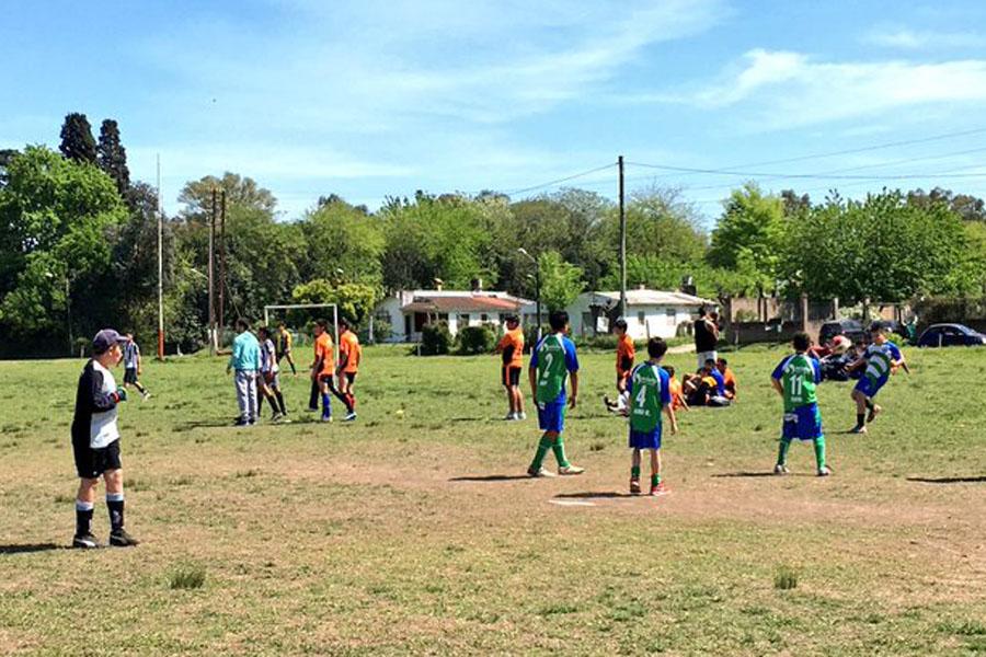 Fotografía ilustrativa de chicos jugando al fútbol.
