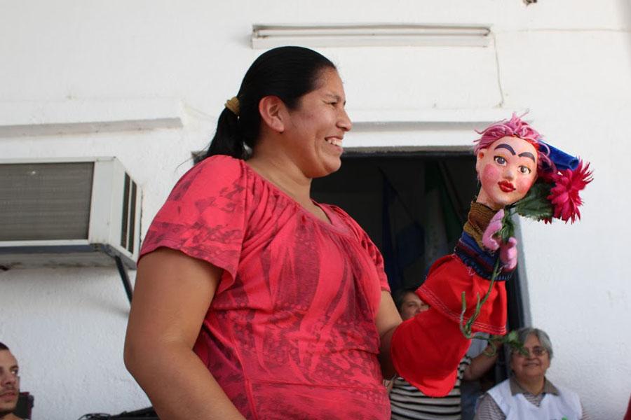 Fotografía ilustrativa de una mujer sosteniendo un títere.