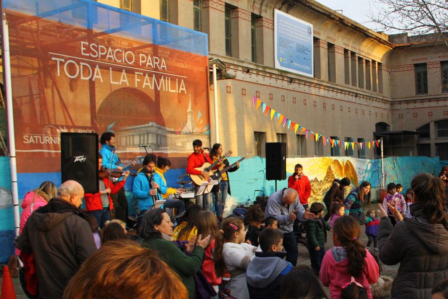 Fotografía ilustrativa de una banda de música arriba del escenario.