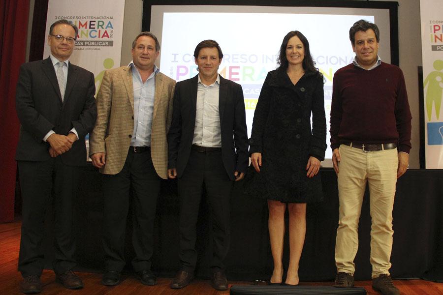 La titular de Desarrollo Social junto al intendente de San Miguel, Jaime Méndez, el neurólogo Facundo Manes y referentes en materia de primera infancia.