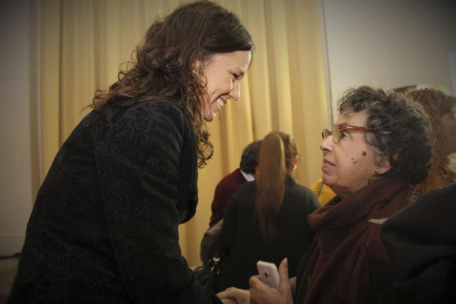 La ministra saluda a una de las participantes del Congreso que tuvo lugar en San Miguel.