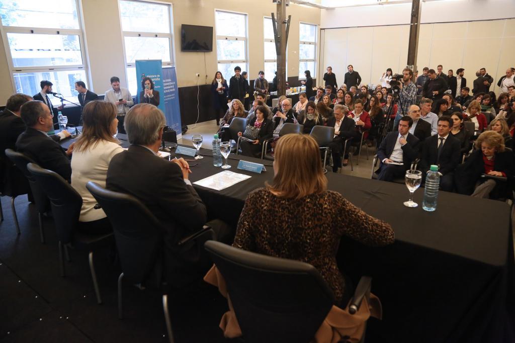 Fotografía ilustrativa de los representantes provinciales en la mesa de trabajo.