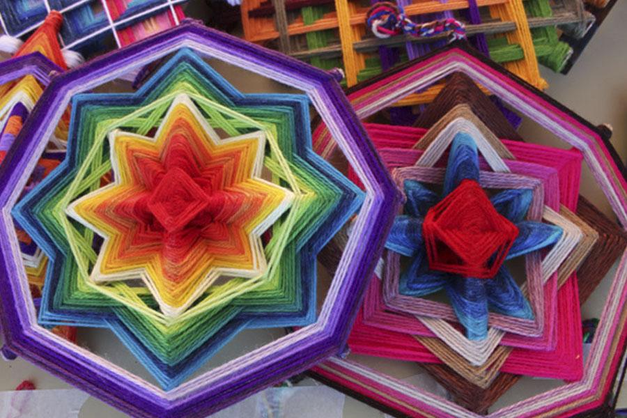 Las artesanías realizadas en telar se destacan por sus colores y diseños.