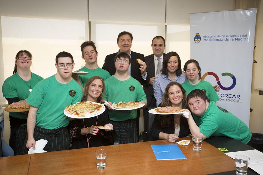 Jóvenes con discapacidad también pudieron ofrecer sus elaboraciones, como comida casera.