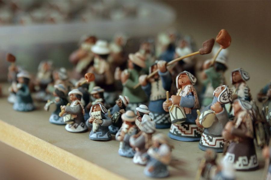 Fotografía ilustrativa de muñecos de cerámica pequeños.