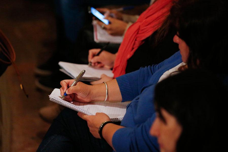 Fotografía ilustrativa de personas escribiendo.