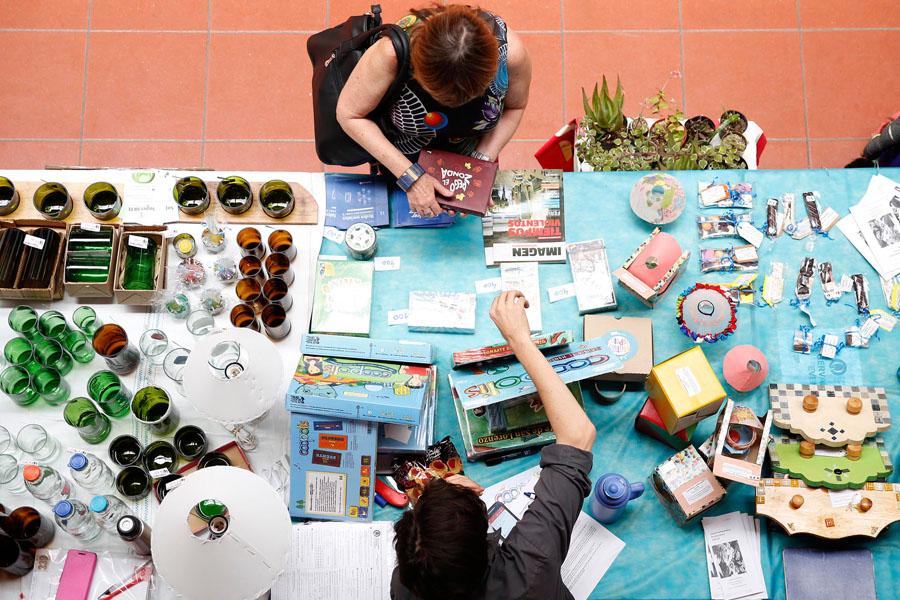 Fotografía ilustrativa de una señora vendiendo sus productos.
