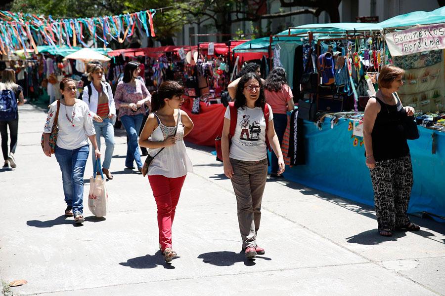 Fotografía ilustrativa de dos personas caminando en la feria.