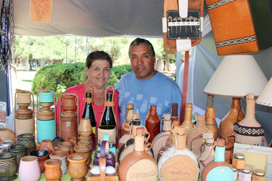 Fotografía ilustrativa de dos personas en su stand de artesanías.
