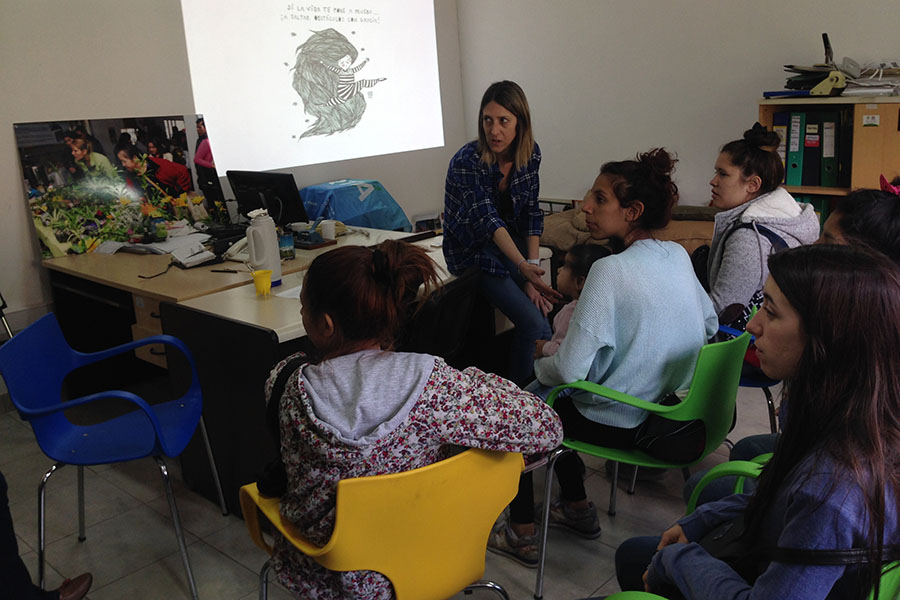 Imagen ilustrativa de chicas en un aula.