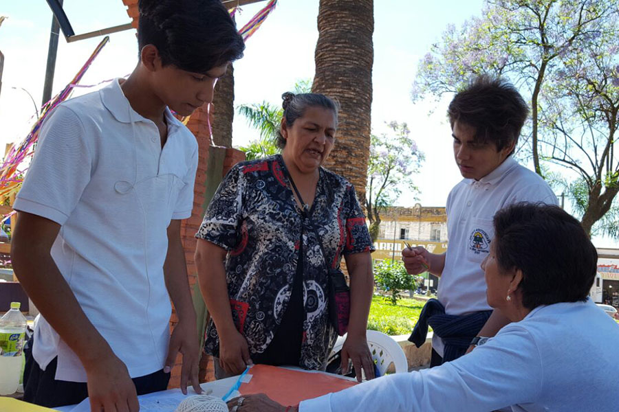 Imagen ilustrativa de adultos mayores interactuando con jóvenes