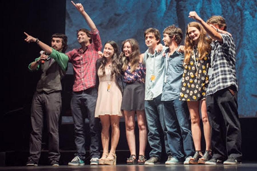 Fotografía ilustrativa del equipo del corto arriba del escenario.