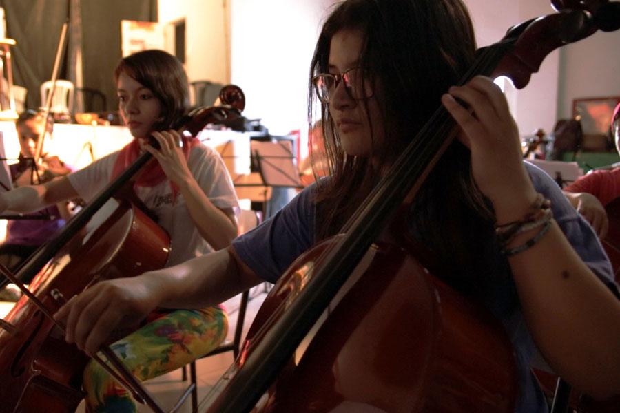 Fotografía ilustrativa de dos chicas tocando música.