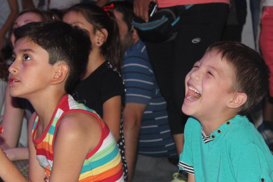 Fotografía ilustrativa de dos chicos riendo.