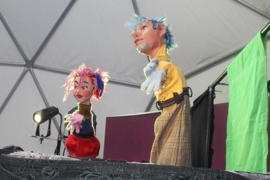 Fotografía ilustrativa de dos títeres.