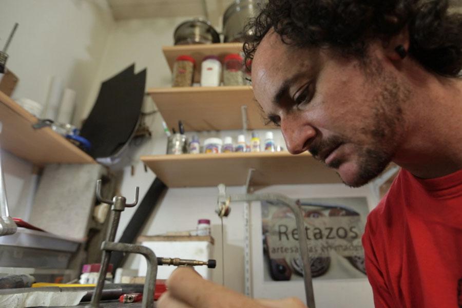 Federico trabaja en su taller una de sus creaciones.
