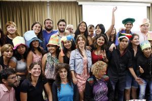 El grupo de jóvenes festejando durante el acto de graduación.