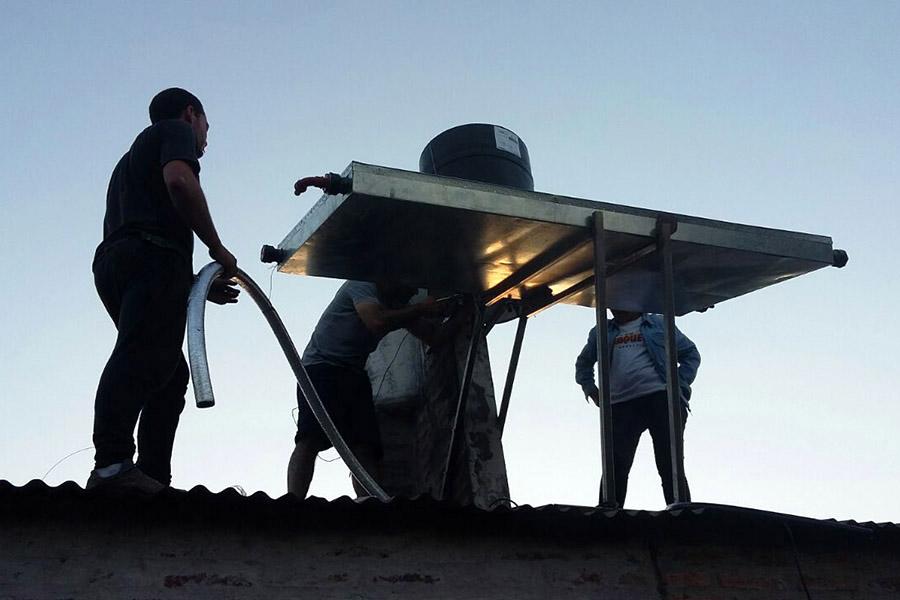 Imagen ilustrativa de mujeres instalando el termotanque.