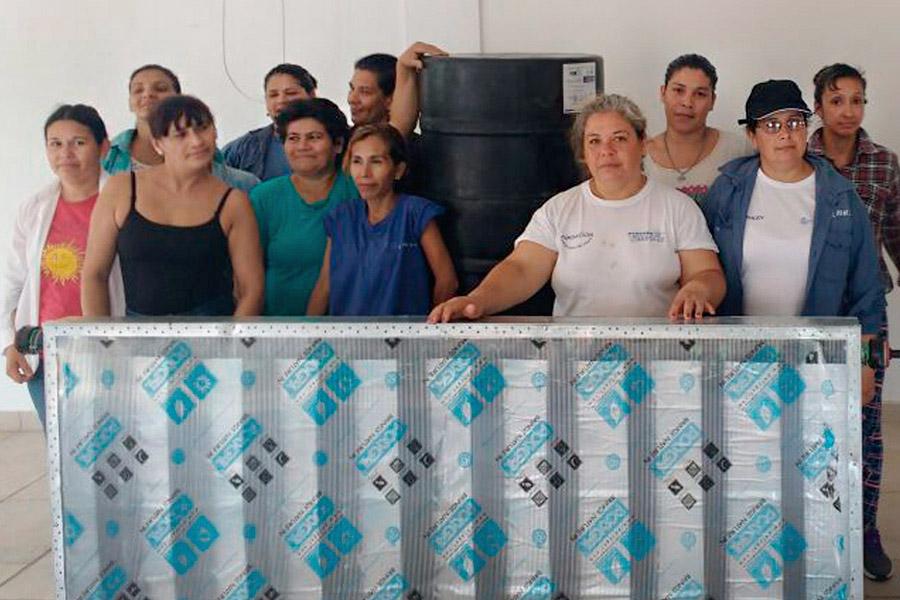 Imagen ilustrativa de mujeres fabricando el termotanque.