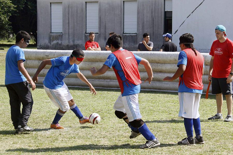 Imagen ilustrativa de chicos ciegos jugando al fútbol