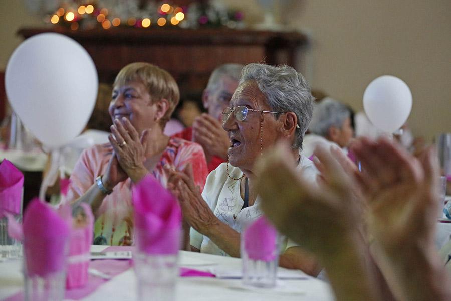 Personas mayores celebrando.