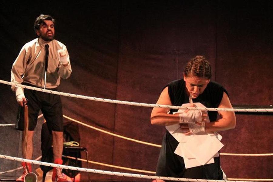 Fotografía ilustrativa de una mujer arrodillada y un hombre gritando atrás.