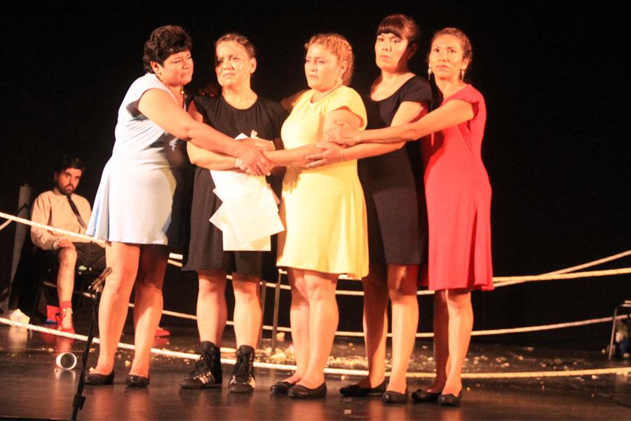 Fotografía ilustrativa de las cinco mujeres que participaron de la obra.