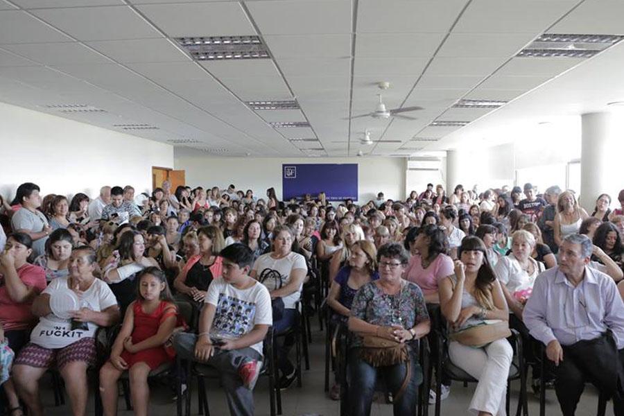Fotografía ilustrativa de un acto con gente sentada.