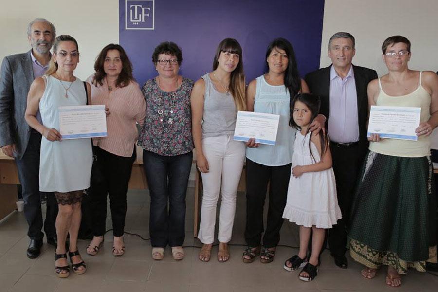Fotografía ilustrativa de personas con sus diplomas