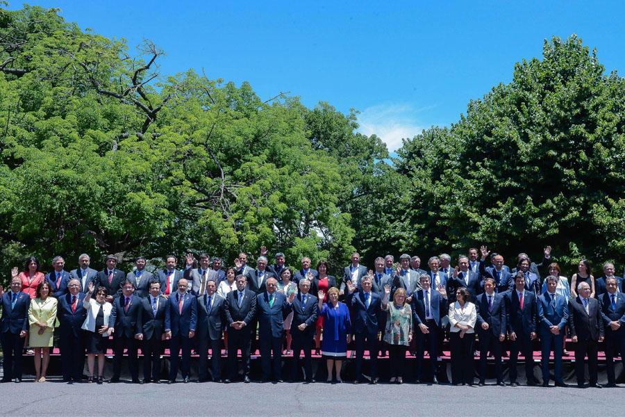 Fotografía ilustrativa del presidente Mauricio Macri junto a todos los ministros argentinos y chilenos.