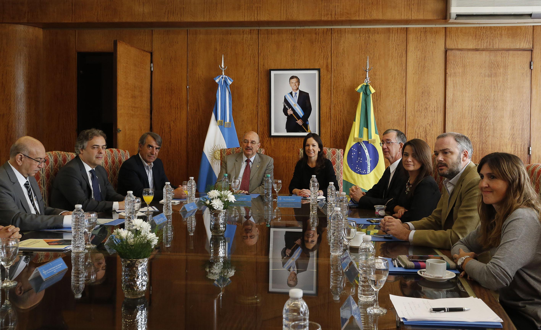 Fotografía ilustrativa de la ministra Carolina Stanley reunida con funcionarios de Brasil.