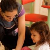 Imagen ilustrativa de maestra de jardín de infantes y alumna