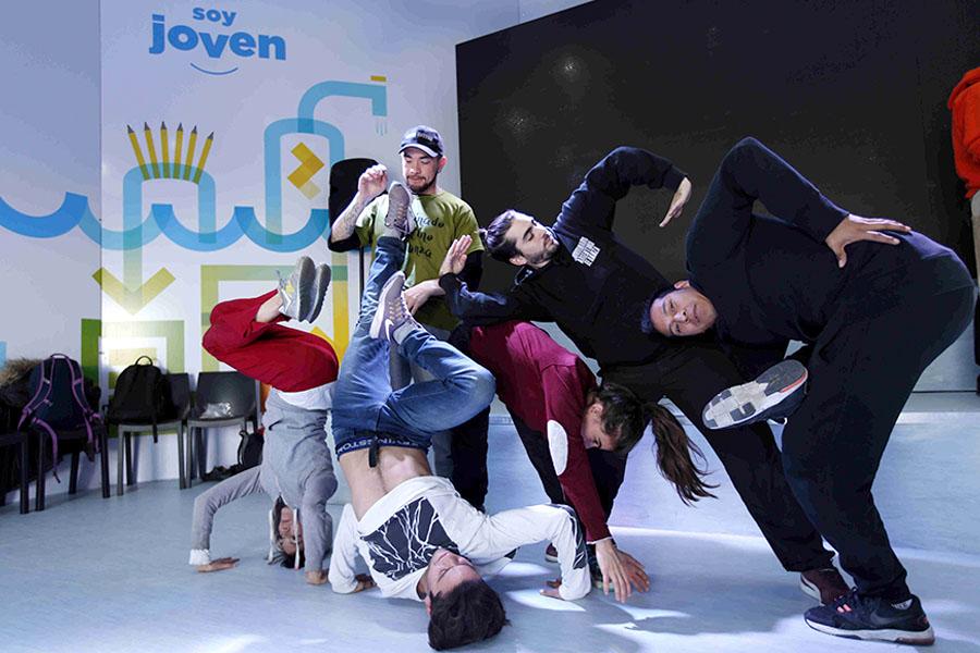 Jóvenes bailando en Tecnópolis